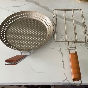 Set of 2 barbecue accessories.